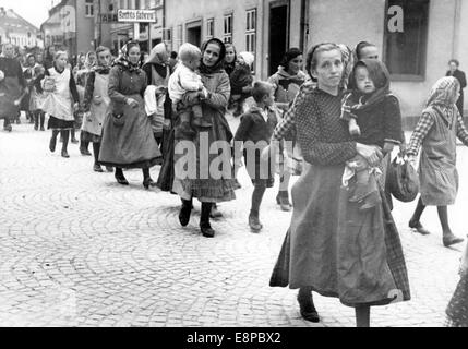 The picture from a Nazi news reports shows Sudeten German refugees, who fled from the Czech Republic, arriving in - Stock Photo