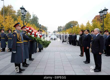 Moscow, Russia. 13th Oct, 2014. Chinese Premier Li Keqiang (2nd R, front) lays a wreath to the Tomb of the Unknown - Stock Photo