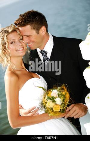 Brautpaar im Freien, mit Hochzeitstorte (Modellfreigabe) - Stock Photo