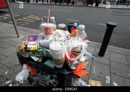 Overflowing litter bin in Brighton city centre. - Stock Photo