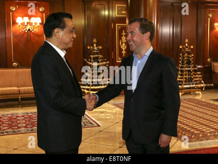Moscow, Russia. 13th Oct, 2014. China's premier Li Keqiang and Russia's prime minister Dmitry Medvedev (R) at a - Stock Photo