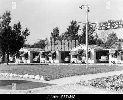 1940s 4 CABINS WITH PARKED CAR & AWNING AT PARK LANE MOTOR COURT IN PHOENIX AZ - Stock Photo