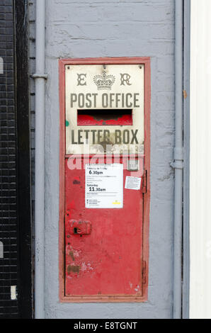 Old post office letter box inset into a wall in Warwick - Stock Photo