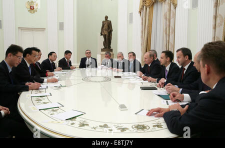 Moscow, Russia. 14th Oct, 2014. China's Premier Li Keqiang (2nd L) and Russia's President Vladimir Putin (R in the - Stock Photo