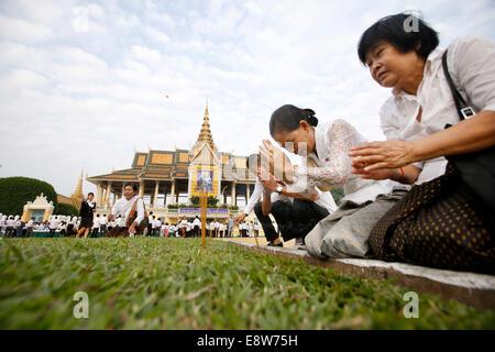 Phnom Penh, Cambodia. 15th Oct, 2014. People pray in front of the Royal Palace in Phnom Penh Oct. 15, 2014. Cambodia - Stock Photo