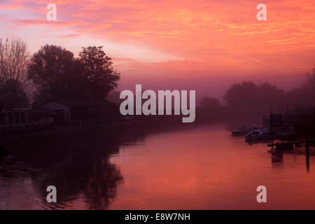 Arundel, West Sussex, UK. Wednesday 15th October, 2014. UK Weather: Arundel wakes to a glorious sunrise over the - Stock Photo