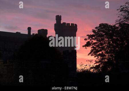 Arundel, West Sussex, UK. Wednesday 15th October, 2014. UK Weather: Arundel wakes to a glorious sunrise behind the - Stock Photo