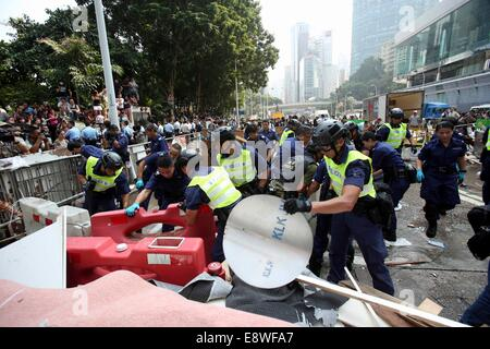 Hong Kong. 14th Oct, 2014. The 17th day of occupy central, polices are cleaning the roadblocks and drive protesters - Stock Photo