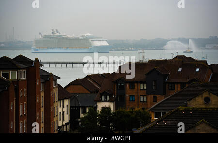 Southampton, UK. 15th Oct, 2014. The Worlds biggest cruise liner Oasis of The Seas arrives in the city of Southampton - Stock Photo