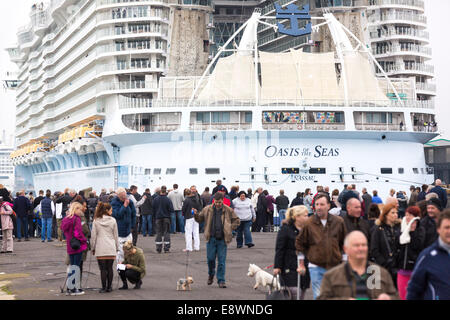 Ship spotters gather to see the world's largest cruise ship, Oasis of the Seas arrive in Southampton for a short - Stock Photo