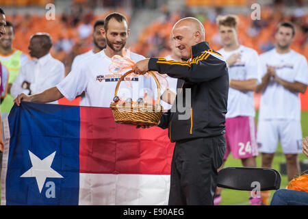 Houston, Texas, USA. 16th Oct, 2014. Head coach Dominic Kinnear receives gifts during a ceremony honoring him following - Stock Photo