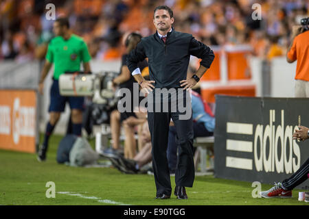 Houston, Texas, USA. 16th Oct, 2014. New England Revolution head coach Jay Heaps looks on during an MLS game between - Stock Photo