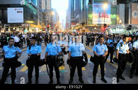 Hong Kong, China. 17th Oct, 2014. Hundreds of polices arrest some violent protestors and clean the roadblocks at - Stock Photo