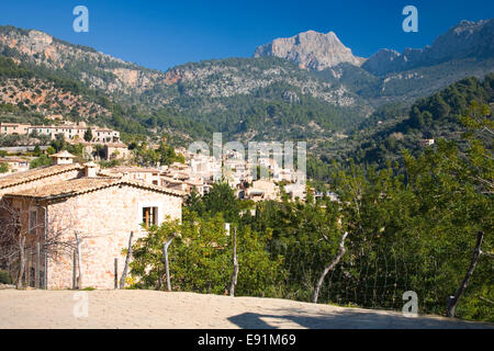 Fornalutx, Mallorca, Balearic Islands, Spain. View across village rooftops to Puig Major, the island's highest peak. - Stock Photo