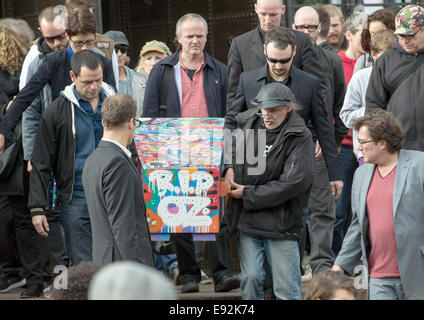 Hamburg, Germany. 17th Oct, 2014. Funeral guests carry the coffin of graffiti artist OZ at Ohlsdorf cemetery in - Stock Photo