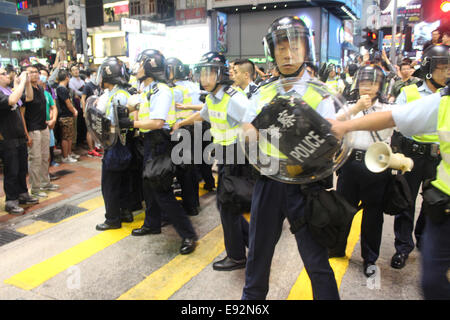 Hong Kong. 17th October, 2014. Hong Kong Protests: Hong Kong riot police regroup in Mongkok, Hong Kong during pro - Stock Photo