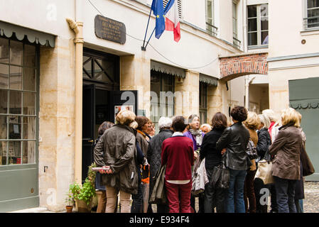 Tour group standing outside the Musee national Eugene Delacroix, Paris, France - Stock Photo