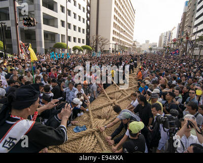 Naha City, Japan. 19th Oct, 2014. Conducting the crowd to pull at the world's biggest tug of war. Naha City, Okinawa, - Stock Photo
