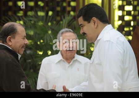 (141020) -- HAVANA, Oct. 20, 2014 (Xinhua) -- Venezuelan President Nicolas Maduro(R) shakes hands with Nicaraguan - Stock Photo