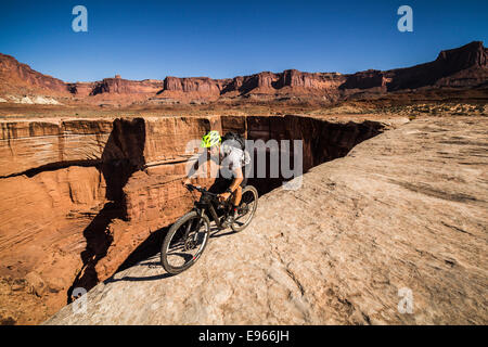 Wes Shirey mountain biking on the White Rim trail, Canyonlands National Park, Moab, Utah. - Stock Photo