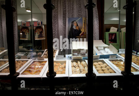 Nuns selling marzipan cakes behind bars in Toledo - Stock Photo