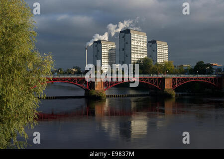 High flats overlooking the tidal weir, Gorbals, Glasgow. - Stock Photo