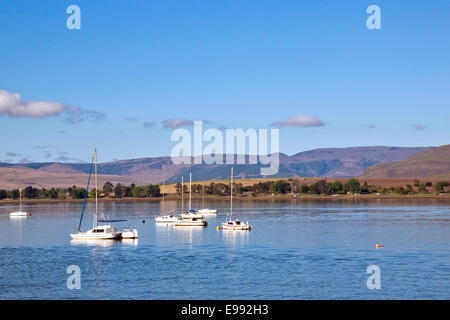 Low-lying clouds on the mountains overlooking yacht anchored in Midmar dam in the  Midlands of Natal in South Africa - Stock Photo