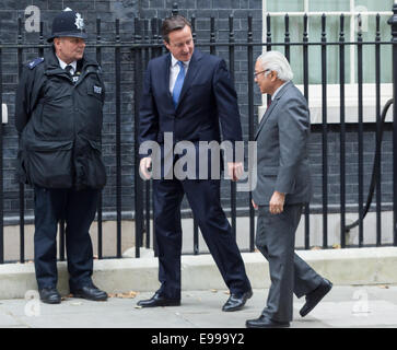 London, UK. 22 October 2014. British Prime Minister, David Cameron meets the Singapore President, Tony Tan outside - Stock Photo