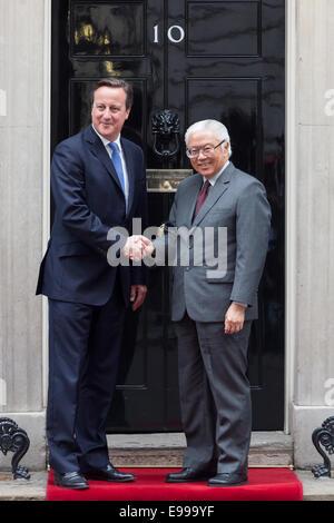 London, UK. 22 October 2014. British Prime Minister, David Cameron meets the Singapore President, Tony Tan outside - Stock Photo