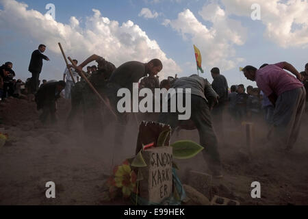 People burring Kurdish fighters from the People's Protection Units YPG who died in battle by Islamic State ISIS - Stock Photo