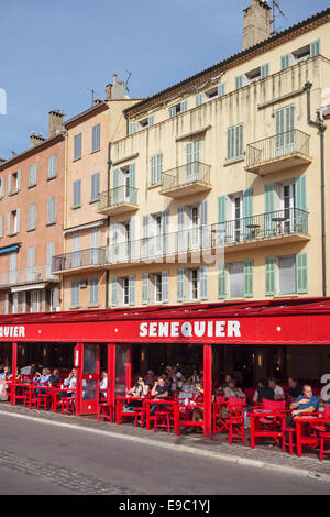 Tourists sitting in café Senequier in the vieux port / old harbour of  Saint-Tropez along the French Riviera, Var, - Stock Photo