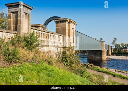 RAILWAY BRIDGE OVER THE RIVER FINDHORN WHICH FLOWS ALONG  A NEW RIVER BED AFTER FLOOD PREVENTION SCHEME - Stock Photo