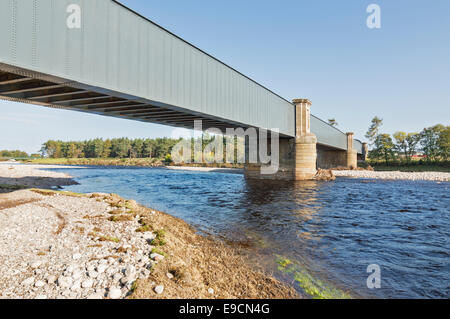 RAILWAY BRIDGE OVER THE RIVER FINDHORN FORRES  AFTER FLOOD PREVENTION SCHEME WITH  WATER FLOWING ALONG A  NEW RIVER - Stock Photo