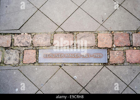Marker in the pavement of a Berlin street marking the position of the Berlin Wall Berliner Mauer 1961-1989 - Stock Photo