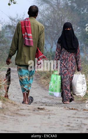 Munshigonj, Bangladesh. 2nd Jan, 2012. village people going home after shopping.Life in a Bangladesh village is, - Stock Photo