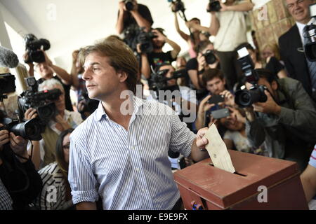 Canelones. 26th Oct, 2014. The presidential candidate of the National Party, Luis Lacalle Pou (C), casts his ballot - Stock Photo