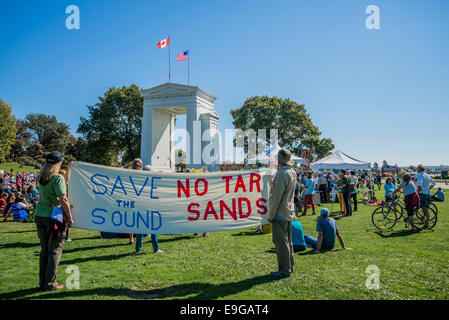 No Tar Sands, Climate Change Knows No Borders. International rally at Peace Arch U.S Canada border crossing. - Stock Photo