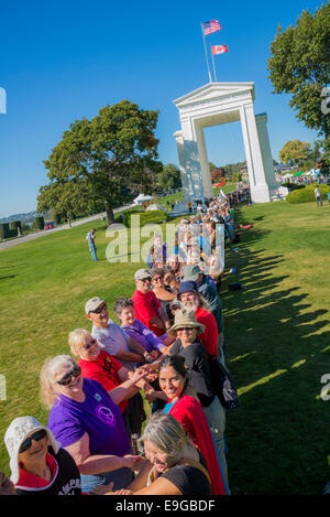 Canadians and Americans join hands across the border. Climate Change Knows No Borders. International rally at Peace - Stock Photo