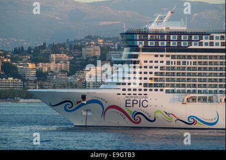 Cruise Ship Norwegian Epic Of Norwegian Cruise Line Ncl Setting Sail Stock Photo 30096736 Alamy