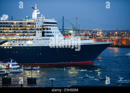 GERMANY Hamburg, cruising ship Queen Mary II of Cunard line at river Elbe in Hamburg harbour - Stock Photo