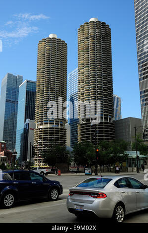 Chicago architecture along the Chicago River looking west. Marina Towers on right, Wacker Drive on left. - Stock Photo