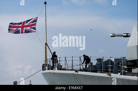 Sailors raise the Union Jack on the bow of the Type 23 frigate HMS Richmond returns to Portsmouth Royal Navy Base - Stock Photo