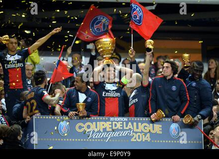 St. Denis, France. 30th October, 2014. Stade de France, St Denis, PSG versus Lyon. Thiago Silva (psg) with the trophy - Stock Photo