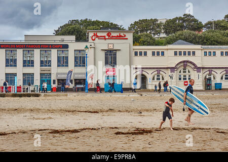 Harry Ramsden's fish and chip restaurant facing the sea at Bournemouth, Dorset, England, UK. Father and son with - Stock Photo