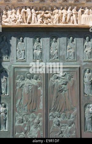 Siena, Tuscany, Italy. The Porta della Riconoscenza, main west door of the Cathedral of Santa Maria Assunta. - Stock Photo