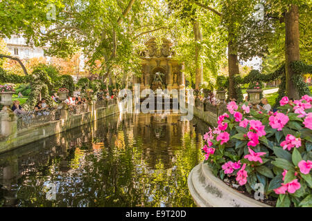people taking a break at the medici-fountain in the luxembourg gardens,  paris, ile de france, france - Stock Photo