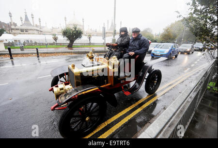 Brighton, UK. 02nd Nov, 2014. Drivers and their passengers in the famous Genevieve car brave the dreadful wet and - Stock Photo