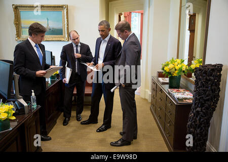President Barack Obama talks with, from left, Tony Blinken, Deputy National Security Advisor, Ben Rhodes, Deputy - Stock Photo