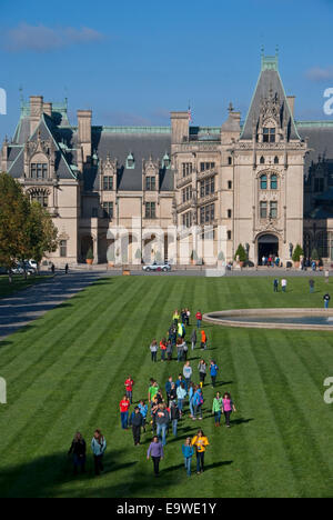 Biltmore Estate Mansion with school students on lawn, Asheville, North Carolina. - Stock Photo
