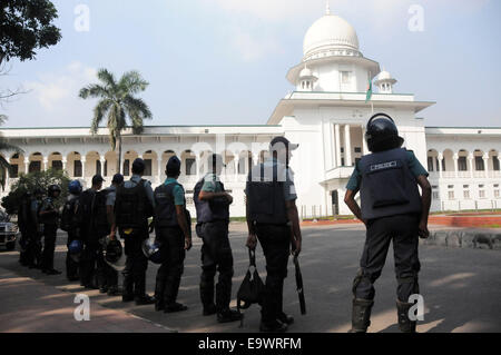 Dhaka, Bangladesh. 3rd Nov, 2014. Police stand guard in front of the supreme court during a countrywide 72-hour - Stock Photo